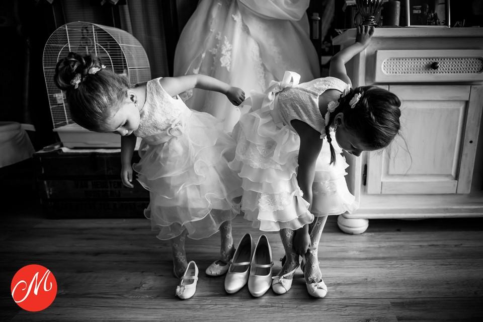 Het aankleedmoment van twee bijzondere bruidsmeisjes
